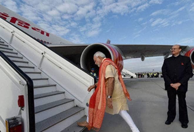 Twenty thousand indian welcomes narendra modi return to airport